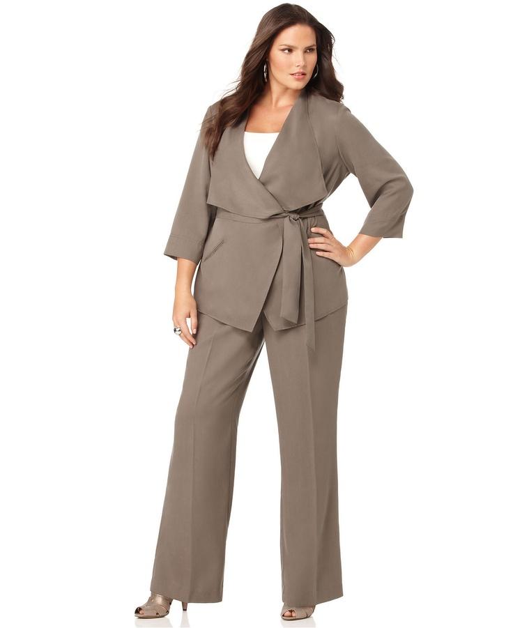 Брючный костюм для полной женщины может стать незаменимой частью Вашего повседневного делового гардероба