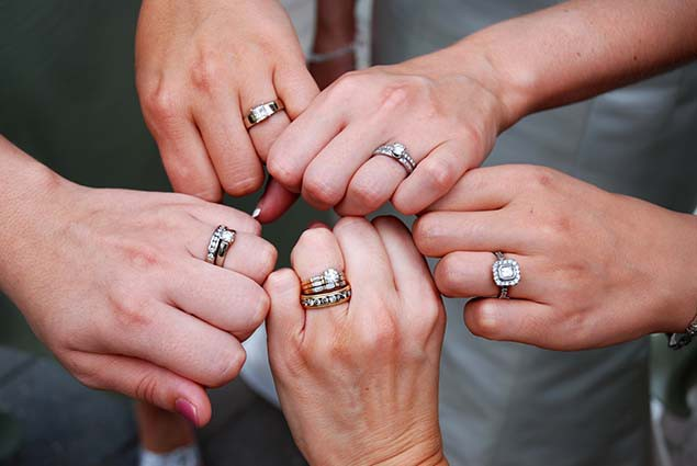кольца на пальцах